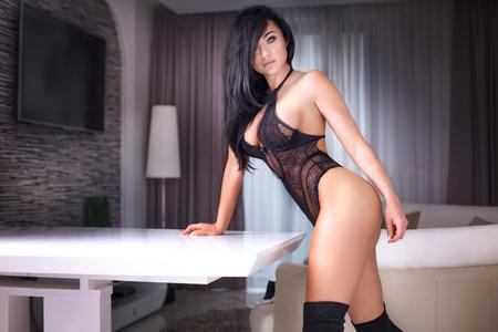 mujeres desnudas: Mujer atractiva con un cuerpo perfecto posando en ropa interior sensual en la habitación del hotel.