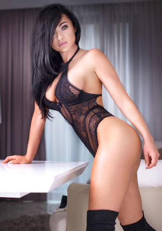 nudo integrale: Sensuale bellezza in posa in lingerie nera. Lo studio ha sparato. Elegante bella donna in biancheria intima sexy. Archivio Fotografico