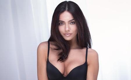 donne eleganti: Ritratto di donna sexy bruna con i capelli lunghi e trucco glamour.