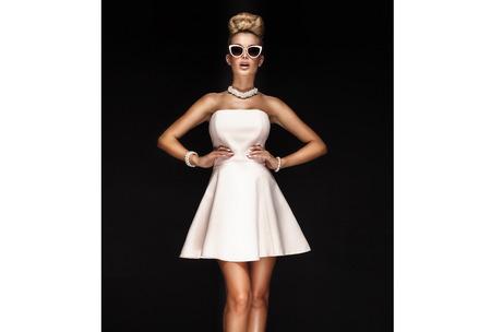 Moderne schöne blonde Frau im Studio, auf der Suche Kamera. Mädchen tragen stilvolle Sonnenbrille. Standard-Bild - 51650541