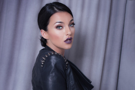 chicas guapas: Retrato del primer de la muchacha atractiva joven que lleva de cuero negro.