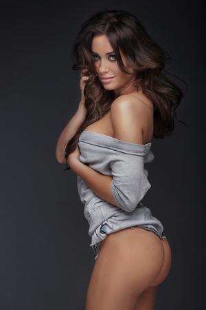 Schöne Brünette Frau posiert, die Kamera betrachtet. Perfekte schlanken Körper. Lange gesundes Haar. Glamour Make-up. Standard-Bild - 51889066