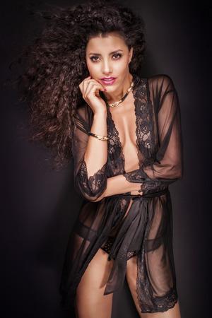 junge nackte m�dchen: Attraktive African American Frau im eleganten schwarzen Dessous posiert, die Kamera betrachten.