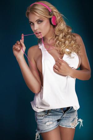 mujer rubia desnuda: Sexy chica rubia con el pelo largo y un cuerpo perfecto posando en el estudio.