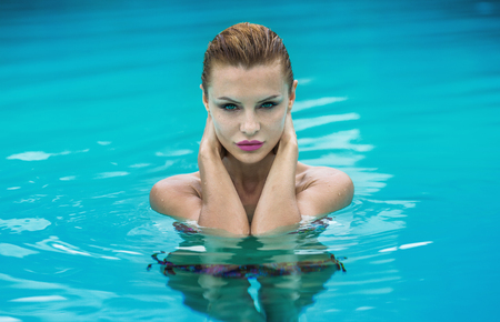 blonde woman: Beauty portrait of attractive blonde woman in swimming pool. Holidays. Stock Photo
