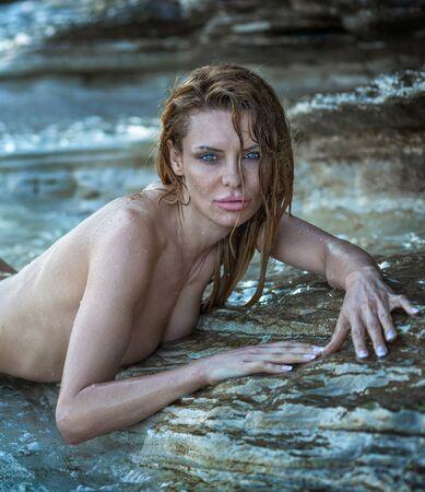 mujer rubia desnuda: Retrato de la mujer hermosa atractiva rubia desnuda posando al aire libre en un día soleado. Foto de archivo