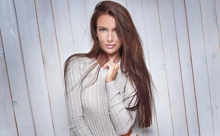 Schöne natürliche Frau mit Sommersprossen im Gesicht. Beauty Portrait. Hautpflege. Lange Haare. Mädchen Blick in die Kamera. Standard-Bild - 63208401