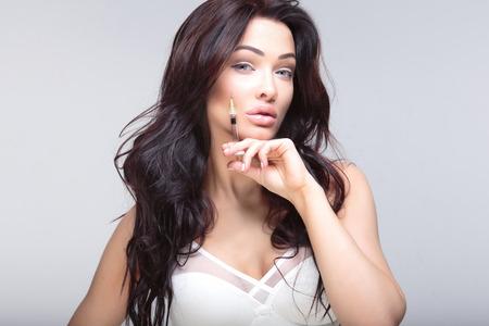 Aantrekkelijke jonge vrouw krijgt cosmetische injectie. Schoonheidsbehandeling. Stockfoto