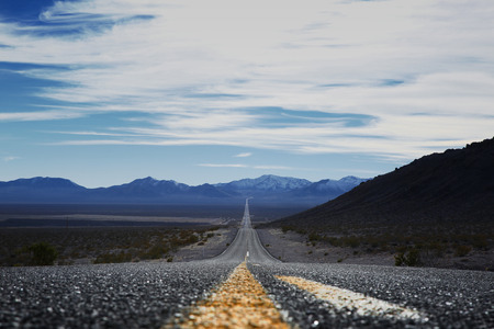 Gerade Straße durch das Death Valley, Kalifornien, USA Standard-Bild - 73525904