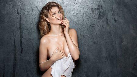 mujer rubia desnuda: hermosa mujer rubia sensual con el cuerpo perfecto que mira la cámara.