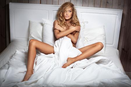 sexy nackte frau: Blonde sensual caucasian woman posing in bedroom.