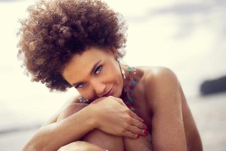 Porträt von sinnlichen afrikanischen amerikanischen Frau trägt Schmuck, Blick in die Kamera.