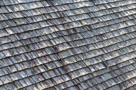 tejas: Viejas tejas del techo de madera de color marrón y gris