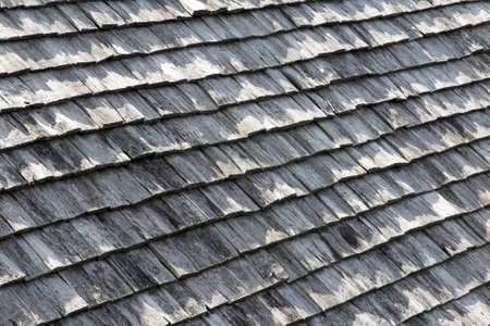shingles: Viejas tejas del techo de madera de color marr�n y gris