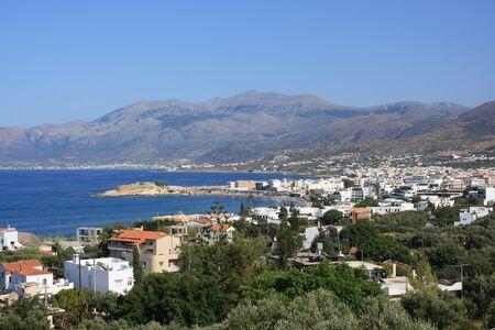kreta: Panorama der Stadt Hersonissos, in den Bergen in Kreta, Griechenland