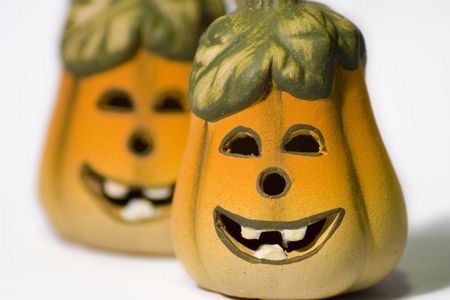 samhain: Smiley Cer�mica Jack-O-Lantern Pumpkins contra un fondo blanco  Foto de archivo