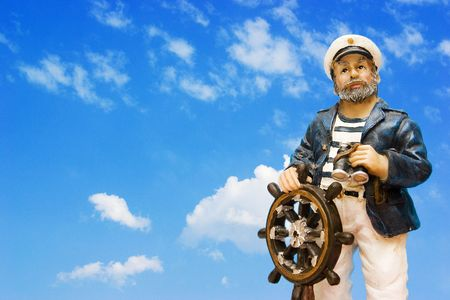 timon barco: Un marinero de la porcelana con un fondo nublado del cielo Foto de archivo