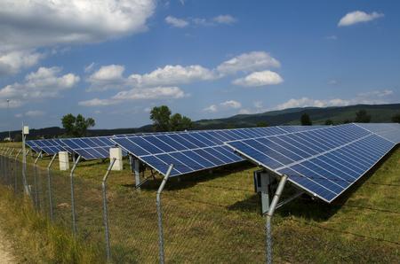 paneles solares: El panel solar en el campo vallado en un alambre de p�as oxidado cerca de Sof�a