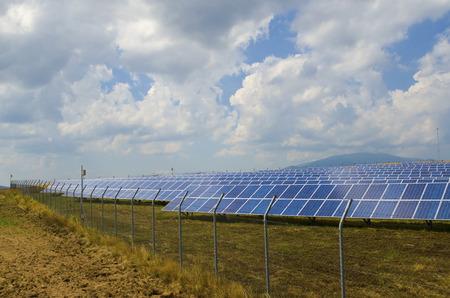 paneles solares: Un mont�n de paneles solares tras el alambre de p�as oxidado en el campo cerca de Sof�a