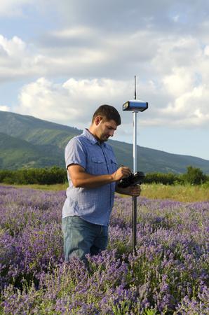 topógrafo: Land surveyor working in the lavender field