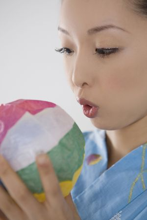 swells: Yukata woman who swells a paper balloon