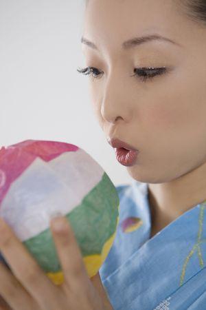 swells: Yukata woman who swells a paper balloon