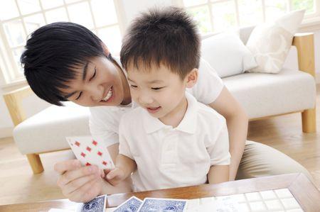 jeu de carte: P�re et fils, jouant le jeu de cartes Banque d'images