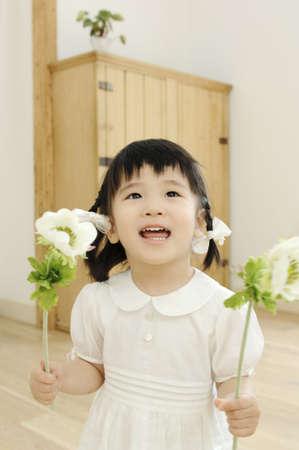花を持つ少女 写真素材