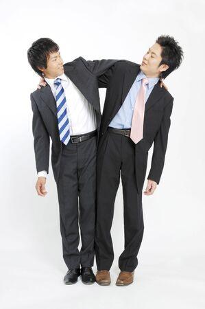 両肩を取り組んでいるビジネスマン