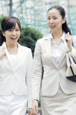 同僚と一緒に歩いて、ビジネスの女性