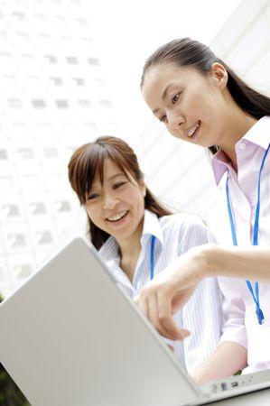 PC の操作に、ビジネスの女性