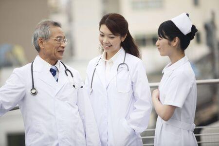 医師や看護師のおしゃべり 写真素材