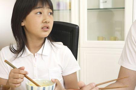 女の子が食事を食べる 写真素材