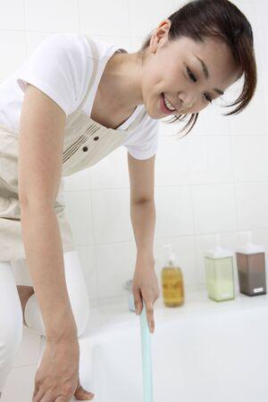 女性浴室のクリーニングを行う