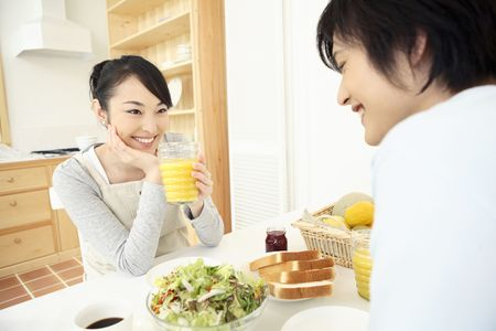 echtgenoot: Huisvrouw praten met een man Stockfoto