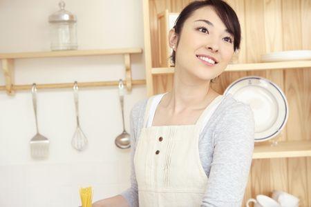キッチンに立っている主婦 写真素材 - 39739155