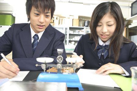balanza de laboratorio: Los estudiantes de secundaria haciendo un experimento cient�fico