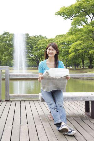 新聞を読む女性 写真素材