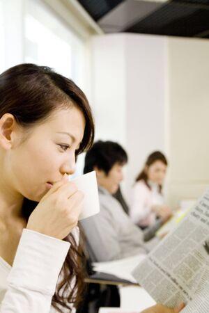 日本のオフィスの女性は休憩
