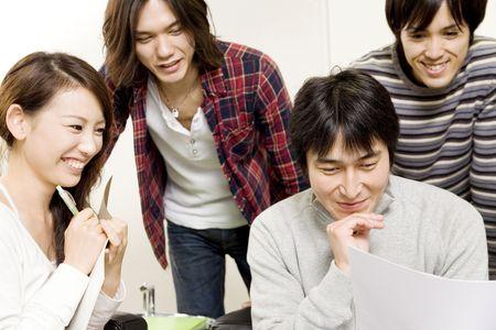 簡単なミーティングを持つ日本人サラリーマン