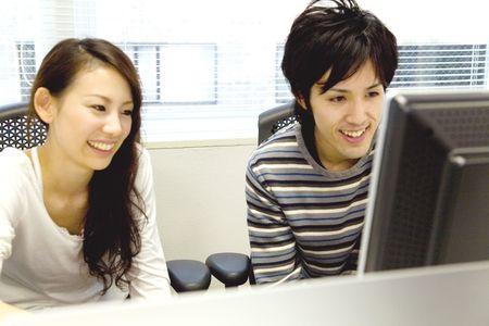 日本オフィス ワーカー モニターをチェック 写真素材