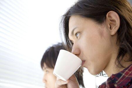 hombre tomando cafe: Japanese young man drinking coffee