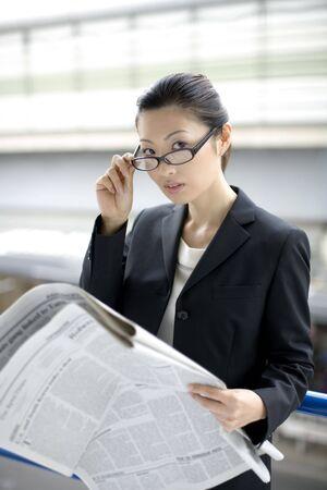 ビジネスの女性が新聞を読む 写真素材