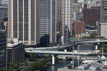 Calle bordeada de grandes edificios Foto de archivo - 39744481