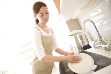 Japanische Frau wäscht eine Schüssel