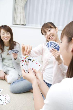 jeu de carte: Les femmes japonaises jouant jeu de cartes