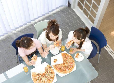 ピザを食べる日本人女性