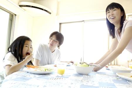 familia cenando: Escena de desayuno