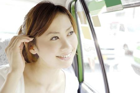 タクシーで女性