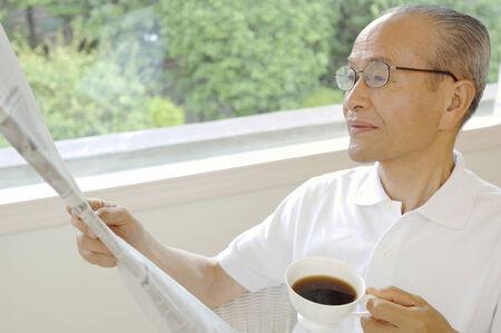 高齢者、新聞を読む